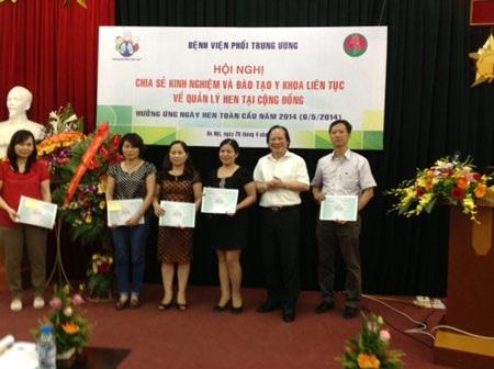 PGS.TS Nguyễn Viết Nhung (áo trắng, thứ 2 từ phải sang) tại hội nghị