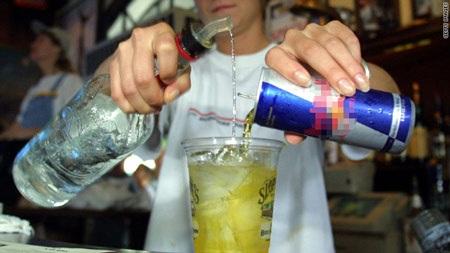Nước tăng lực chứa lượng caffeine cao gấp vài lần so với các loại nước giải khát soda. (Ảnh: TL)