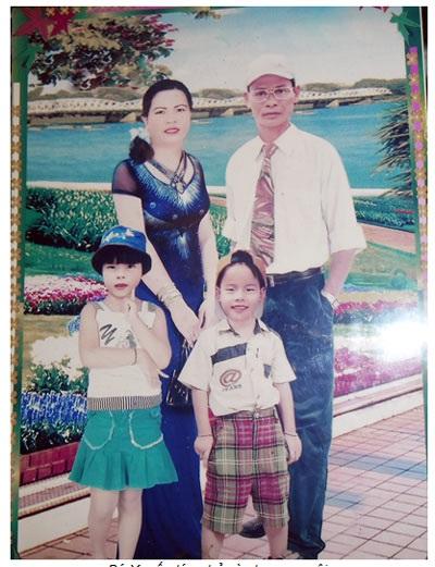 Bé Xuyến lúc nhỏ và cha mẹ nuôi