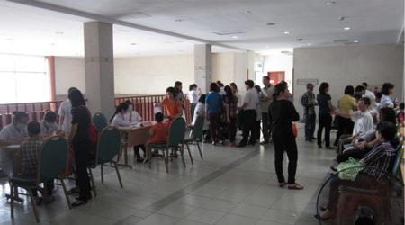 Các bệnh nhân được viết phiếu tiếp đón tại tầng 2