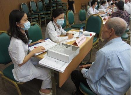 BS khám nội cho bệnh nhân