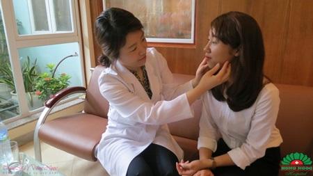 Bác sĩ Hàn Quốc tại thẩm mỹ Hồng Ngọc khám và trị liệu trực tiếp cho khách hàng