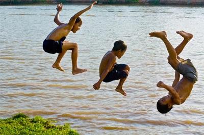 Trẻ em tắm sông, biển là nỗi lo của người lớn khi hè về