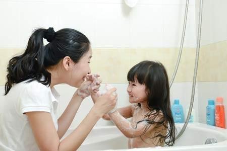 Mẹ nên tiếp tục lựa chọn những sản phẩm chuyên biệt dành cho làn da nhạy cảm của bé lớn.