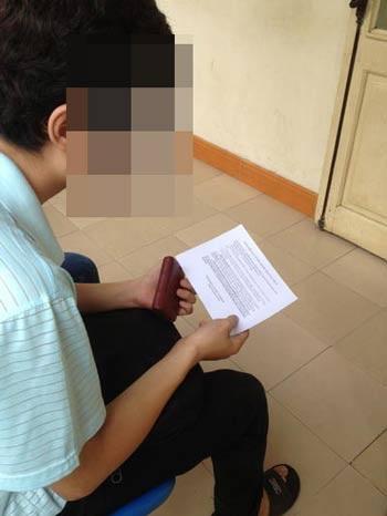 Một nam sinh đọc cam kết trước khi để người yêu phá thai tại BV Phụ sản Trung ương