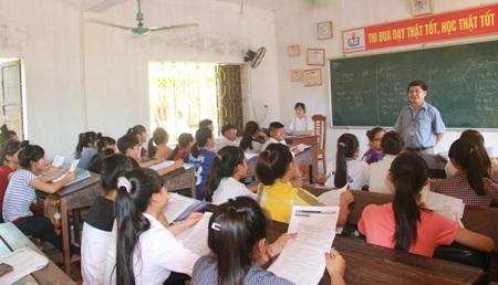 Thầy và trò Trường THPT Nguyễn Huệ (huyện Kỳ Anh, Hà Tĩnh)trong giờôn luyện môn Hóa học