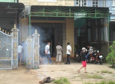 Người dân địa phương tập trung trước căn nhà của nạn nhân