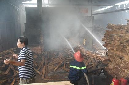 Các chiến sĩ PCCC nỗ lực dập tắt đám cháy.