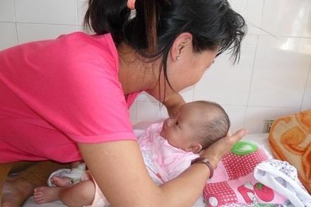 Bé gái 2 tháng tuổi Phan Tường Vy.