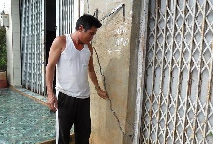Vị trí ô tô lật ngửa trước số nhà 200 Y Wang làm nứt nhà.