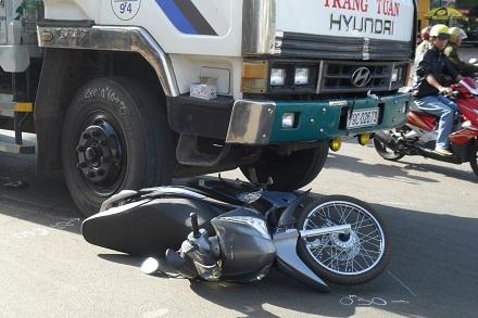 Chiếc xe máy của bà Doanh nằm dưới bánh xe tải