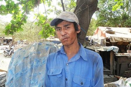 Anh Nguyễn Ngọc Huyền, một người có thời gian lượm rác gần ngang tuổi đời.