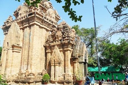 Với kiến trúc độc đáo, tháp bà Ponagar là một trong những điểm đến yêu thích của du khách.