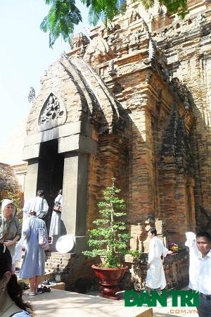 Du khách quốc tế cảm thấy thích thú khi vào bên trong tháp tham quan.
