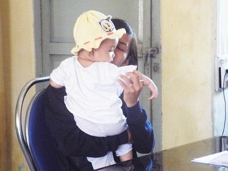Sau khi nhận lại con, chị N.H. đã ôm chầm lấy đứa bé và khóc nức nở.