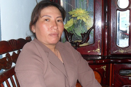 Bà Nguyễn Thị Kim Hoa nóng ruột đợi tin chồng cùng các ngư dân trên tàu cá KH 96365-TS.