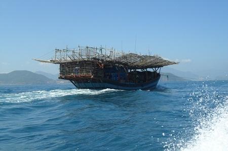 Tàu cá của ngư dân luôn gặp nguy hiểm khi đánh bắt trên biển. (Ảnh: Viết Hảo)