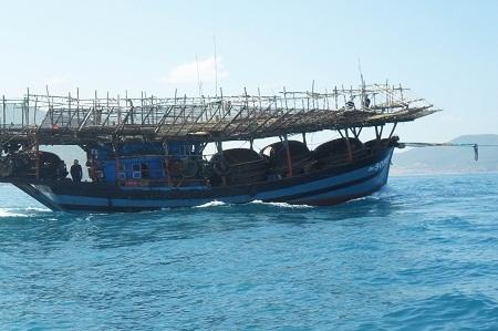 Tàu cá của ngư dân luôn đối mặt với nhiều nguy hiểm khi đánh bắt trên biển. (Ảnh: Viết Hảo)