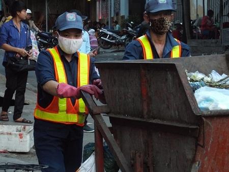 """Công nhân hốt rác tố giám đốc nhận lương """"khủng"""""""