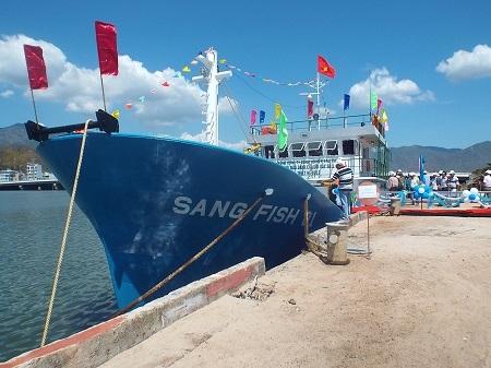 Tàu cá vỏ thép được đóng mới tại Nha Trang (Ảnh: Viết Hảo)