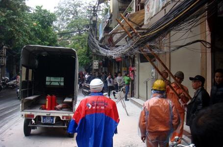 Nhân viên điện lực có mặt, khắc phục sự cố.
