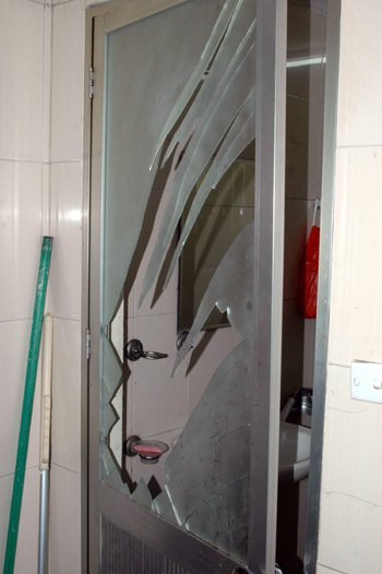 Nhóm côn đồ hung hãn phá cửa nhà vệ sinh để hành hung cụ bà 90 tuổi.