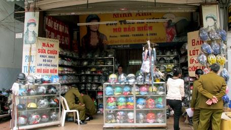 Các cửa hàng kinh doanh mũ bảo hiểm đều bị kiểm tra.