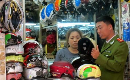 Nhiều loại mũ không có hóa đơn chứng từ, không dán tem kiểm định.