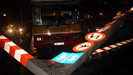 Cố đi lên cầu, chiếc xe buýt hạ gục cột biển báo.