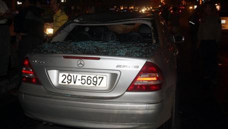 Chiếc Mercedes bị vạ lây.