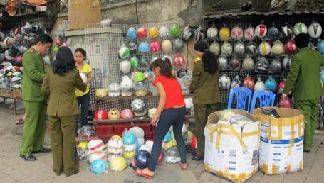 Các sạp hàng bày bán mũ ngoài vỉa hè bị phát hiện nhiều mũ dỏm.