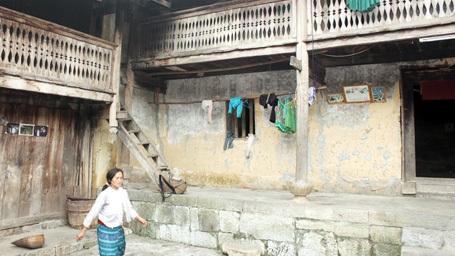 Không gian ngôi nhà trình tường với cửa gỗ, hiên đá, ngói máng