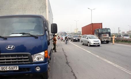 Xe chở bánh kéo táp vào làn đường bên phải.