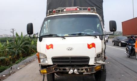 Xe tải 3,5 tấn bị vở 2 đèn trước.