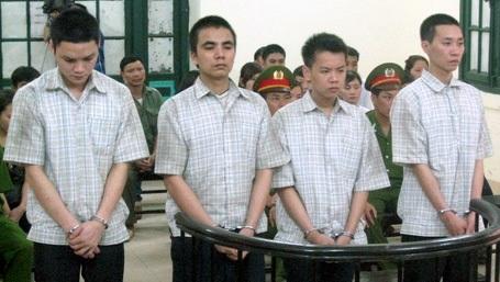 Tạ Văn Thanh (thứ 2 từ trái sang) được xác định là kẻ chủ mưu vụ nổ mìn cướp tiệm vàng Hoàng Tín.