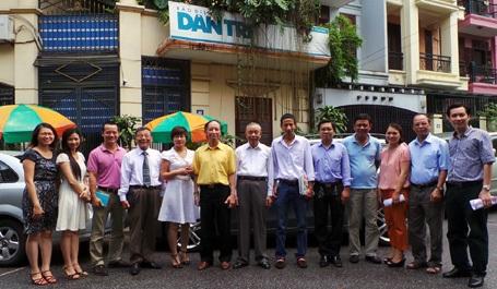 Chủ tịch Nguyễn Mạnh Cầm chụp ảnh lưu niệm cùng lãnh đạo, phóng viên, biên tập viên báo Dân trí