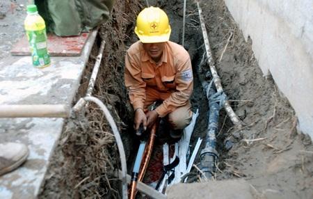 Công nhân điện lực khắc phục sự cố do máy khoan thăm dò địa chất gây ra.