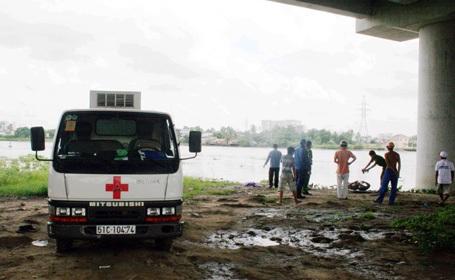 Lực lượng chức năng đưa xác nạn nhân lên bờ.