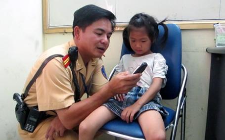 Cháu bé được các chiến sỹ CSGT đưa về trụ sở đội.