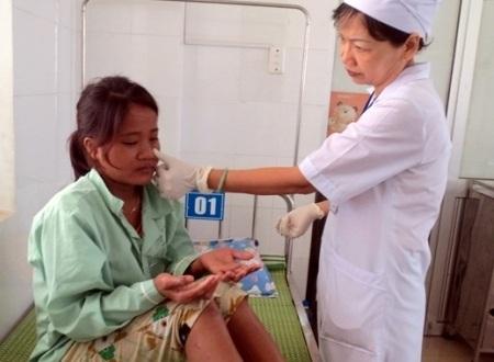 Bệnh nhân Phạm Thị Tráo đang điều trị tại Bệnh viện ĐK Quảng Ngãi.