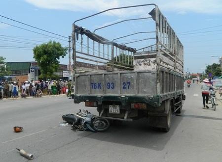 Chiếc xe máy nằm gọn dưới bánh xe tải
