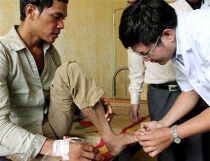 Bệnh nhân Phạm Văn Trói thường xuyên trốn viện, uống rượu khiến bệnh ngày càng trầm trọng hơn.