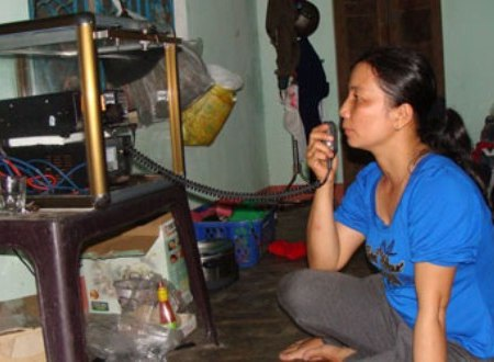 Chị Lệ nắm bắt tình hình của chồng hàng giờ nhờ máy I-com ở nhà.