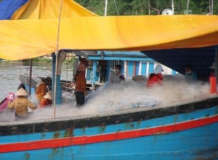 Chị em khẩn trương vá lưới cho chuyến biển tiếp theo.