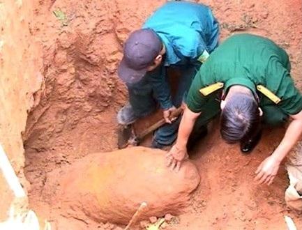 Lực lượng dân quân tự vệ và bộ đội địa phương xác định loại bom vừa được phát lộ.