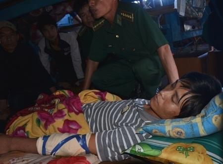 Ngư dân Nguyễn Tấn Hải bị gãy tay và nằm bất động trên tàu.