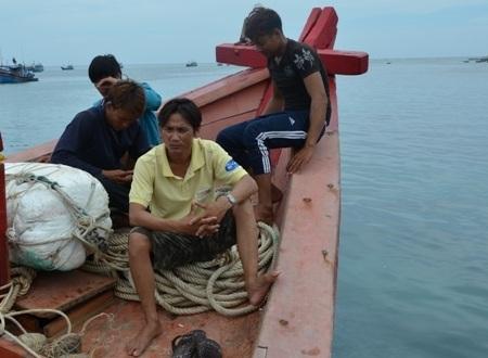 Chủ tàu Nguyễn Lộc (ngoài cùng bêntrái) cùng ngư dân trên tàu của mình.