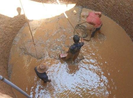 Người dân Lý Sơn đào giếng gặp nguồn nước nhiễm mặn và không thể sử dụng được.