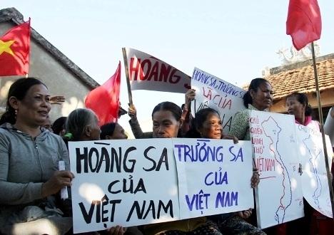 Phụ nữ xã Bình Châu phản đối Trung Quốc