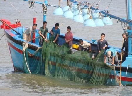 Rửa lưới chuẩn bị cho chuyến biển tiếp theo.